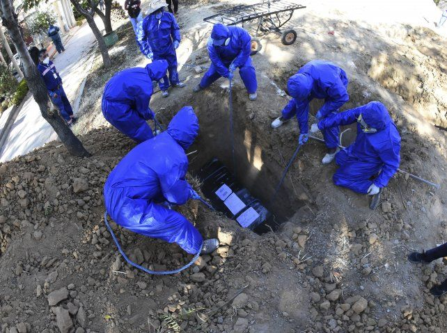 En Bolivia colapsaron los servicios fúnebres y se hacen velorios en la calle
