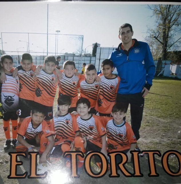 Técnico. Los sábados dirigía la categoría 2010 B en el fútbol infantil de la ARF.