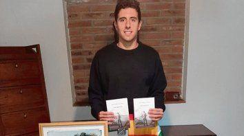 Feliz. Juan Di Iulio con su obra literaria Toro Blanco.