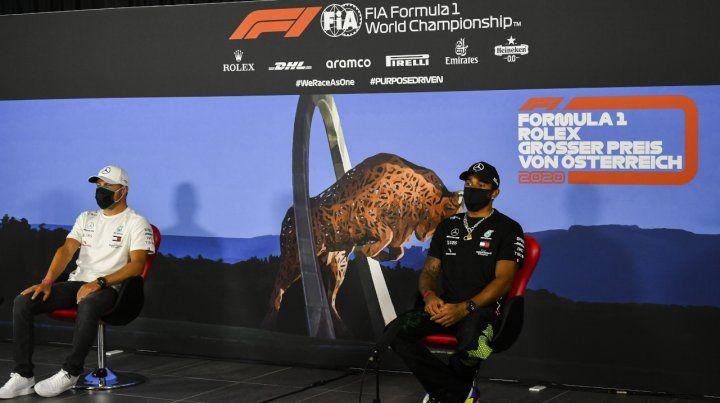 Así asistieron a la sala de prensa los pilotos del equipo campeón de F-1: Valtteri Bottas y Lewis Hamilton.
