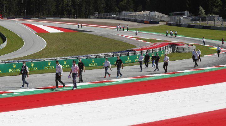 Una caminata por el circuito del personal de los 10 equipos de Fórmula Uno. Bien separados y con barbijo.