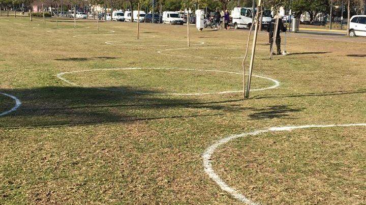Pintaron círculos en parques para garantizar el distanciamiento en las salidas recreativas