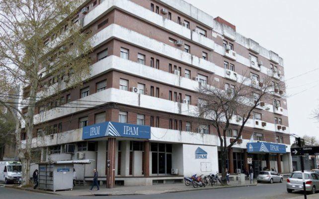 Aíslan a personal de un sanatorio de zona sur por el caso de la enfermera que dio positivo