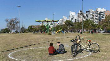 Pintaron círculos en parques para garantizar el distanciamiento