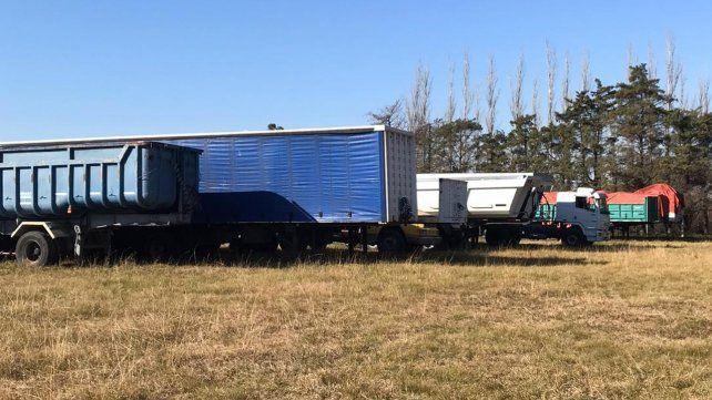 En el campo. Parte de la flota de vehículos y acoplados de Alvarado.