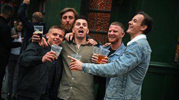 La Policía inglesa se queja tras reapertura de pubs: Los borrachos no respetan la distancia social