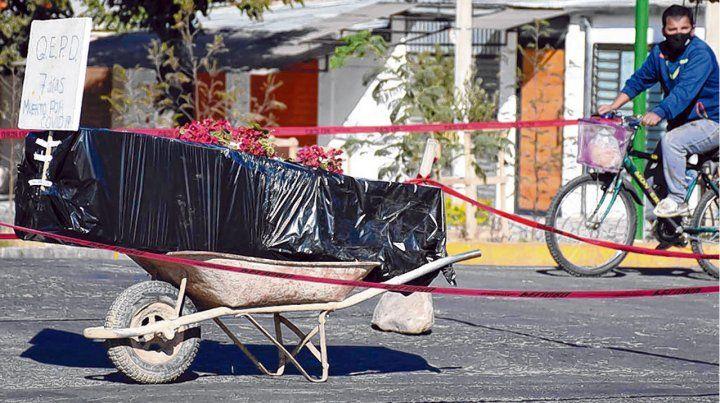 horror. La familia de un fallecido en Cochabamba protestó exponiendo el ataúd
