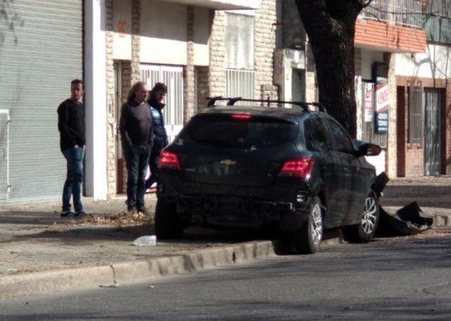 La imagen del vehículo que terminó incrustado en un árbol.