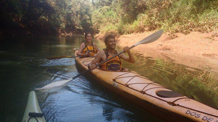 Roberto y Nadia siguieron remando. Ahora ellos y las visitas al hostel lo hacen por el río Uruguay: un paseo obligado en El Soberbio