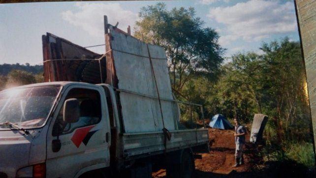 El camión y la primera casa que se trajeron partida en dos desde Rosario y armaron en Misiones.