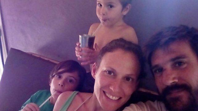 Los rosarinos Nadia Grau y Roberto Ross viven en El Soberbio (Misiones) junto a sus hijos Justo y Jacinto.