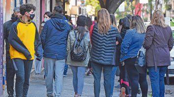 Calle san luis. Muchas veredas del centro rosarino son muy pequeñas y no permiten implementar medidas de cuidados sanitarios.