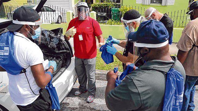 Atrabajar. Equipos de voluntarios se alistan para distribuir kits anti-Covid en un barrio de Miami