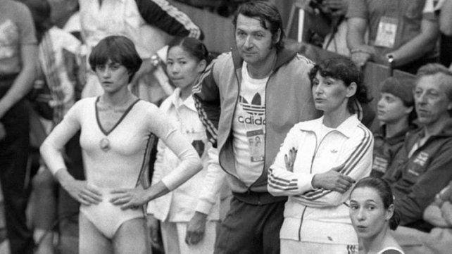 Bela y Martha Karolyi, junto a una joven Nadia Comaneci, a la izquierda.