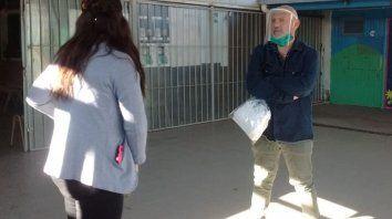 Rubén Rosa, titular del FAE, durante la recorrida en una de las escuelas.