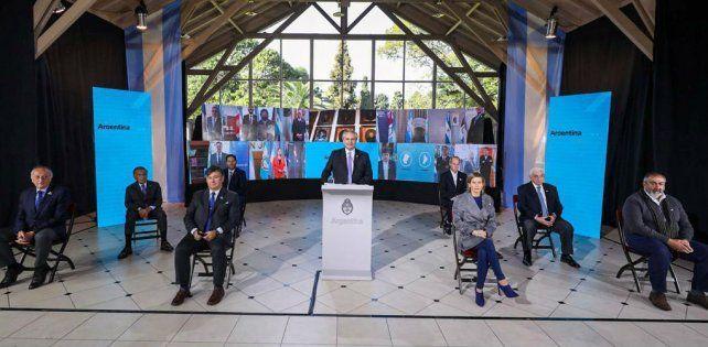 El presidente habló desde acompañado de empresarios y sindicalistas.