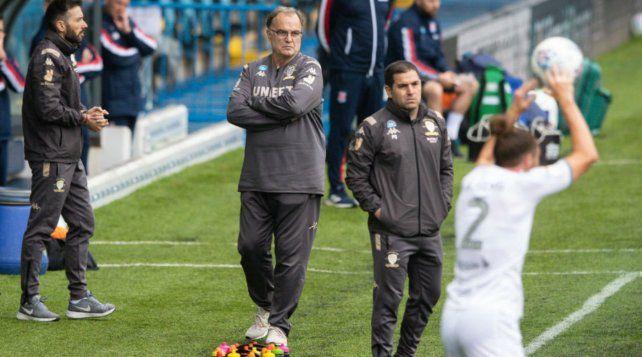 El Loco Bielsa observa a uno de sus jugadores siempre concentrado y serio.