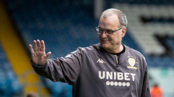 Un Bielsa feliz saluda en medio del 5 a 0 de ayer de Leeds United sobre Stoke City.