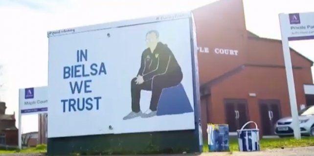 En las calles de Leeds también dejan ver la fe en Bielsa: