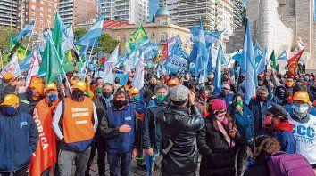 Obreros. La marcha de trabajadores a favor de la intervención estatal en Vicentin culminó en el Monumento.
