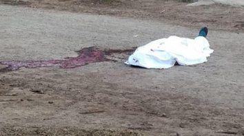 La policía halló el cuerpo en plena calle y en medio de un gran charco de sangre.