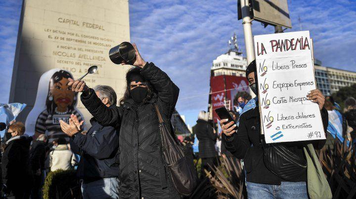 Cacerola y Cristina. Los manifestantes en el Obelisco exhibieron toda su simbología en contra del gobierno.