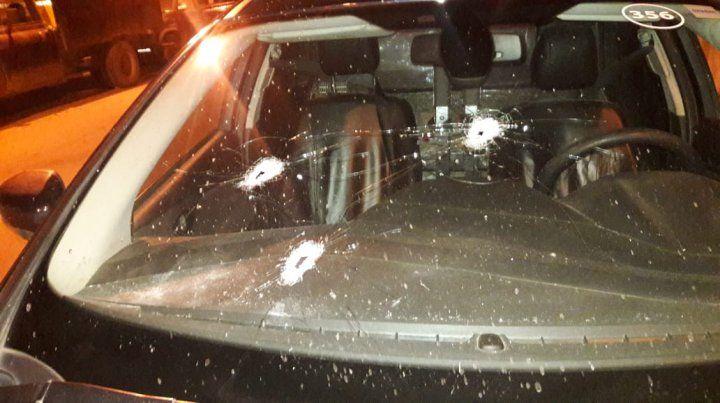 Los impactos de bala en el parabrisas del móvil policial.