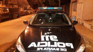 El automóvil policial quedó fuera de juego al recibir varios impactos.