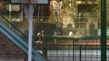 En la cancha. Los jugadores de tenis disfrutan del deporte en el club Gimnasia y Esgrima del parque Independencia, que ya está funcionando.