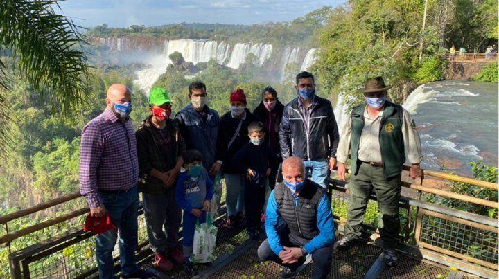 Habilitación. El vicegobernador Carlos Arce (en cuclillas) ayer en la reapertura del parque nacional.