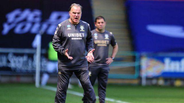 Leeds de Bielsa logra una agónica victoria en Gales y queda cerca del ascenso