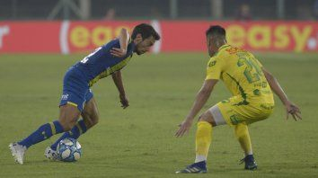 Ciro Rius encara en el partido jugado en Florencio Varela, en febrero último. El volante volvería a Defensa y Justicia.