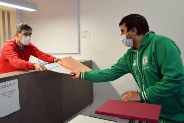 El secretario del club, Alejandro Alegre, recibe la constancia de que Tanque Juniors inició la gestión para tener personería jurídica.