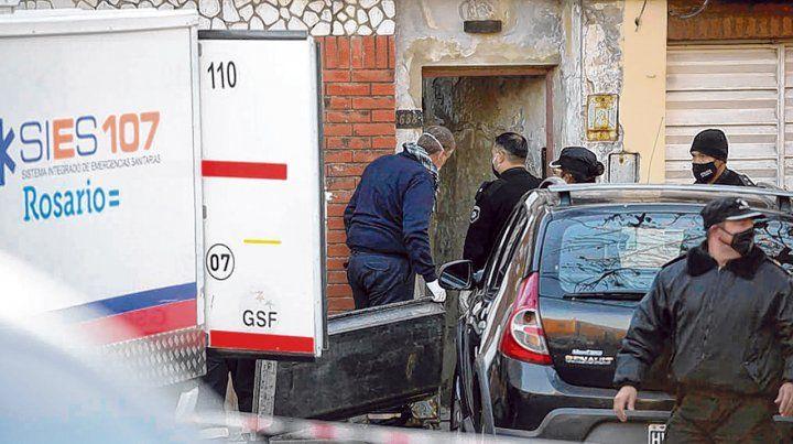 El final. Los paramédicos ingresan a la casa de pasillo donde vivía Eduardo Trasante para retirar el cuerpo.