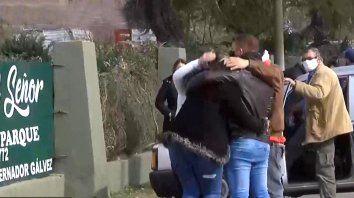 Familiares del pastor asesinado el martes a la tarde, se abrazan luego del sepelio.