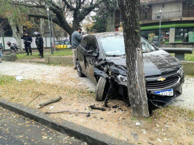 El Chevrolet que terminó contra un árbol tras chocar con una moto.