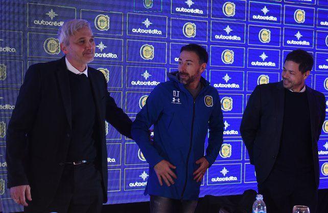 El Kily González, en la presentación como DT de Central, junto a Carloni y Di Pollina.