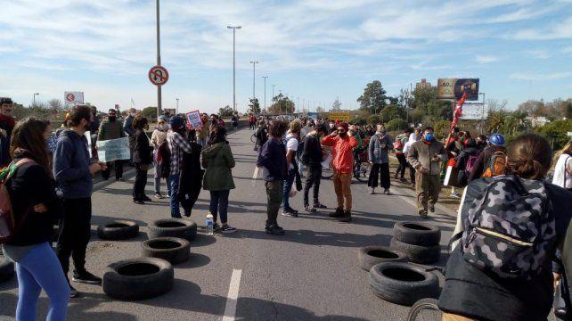 Los ambientalistas cortan los dos carriles del puente Rosario-Victoria.