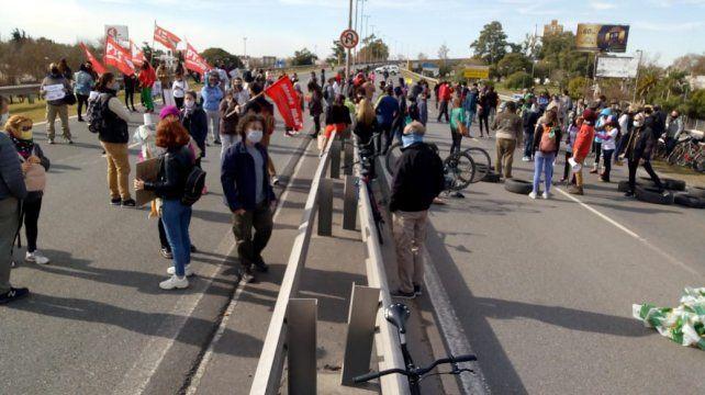 Poco después de las 14, los manifestantes avanzaron sobre el puente.