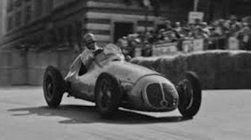 Alfredo Pián, recorriendo las calles de Mónaco. El rosense compartió el fin de semana con Fangio, que ganó su primera carrera en F-1, y Froilán González.