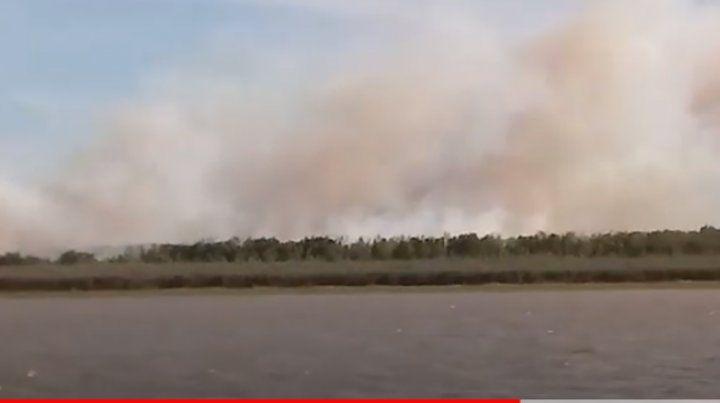 El fuego está llegando a las casas en la zona de la isla Puerto Pirata