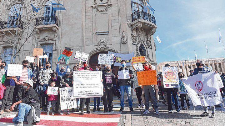 Reclamo. Grupos ambientalistas protestaron ayer por las quemas en las islas frente a las puertas del Concejo municipal.