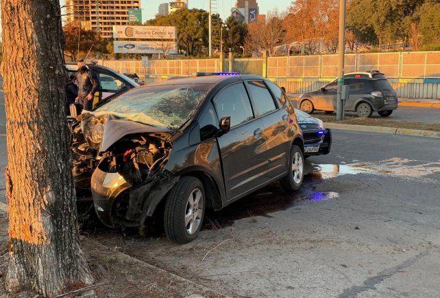 El Honda Fit se estrelló contra un auto frente a la cancha de Central.