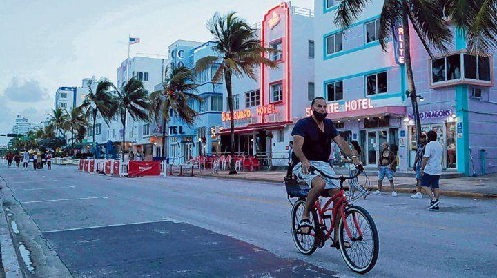 Miami beach. Escasos turistas en Ocean Drive al atardecer debido al toque de queda por el coronavirus.
