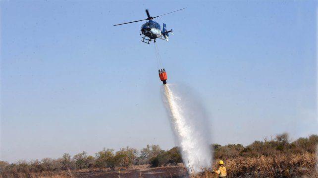 Con el apoyo de helicópteros y aviones hidrantes