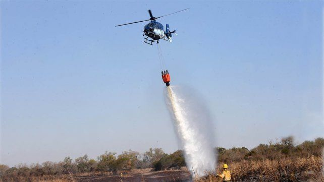 Con el apoyo de helicópteros y aviones hidrantes, los brigadistas trabajaron en la extinción del fuego en el delta.
