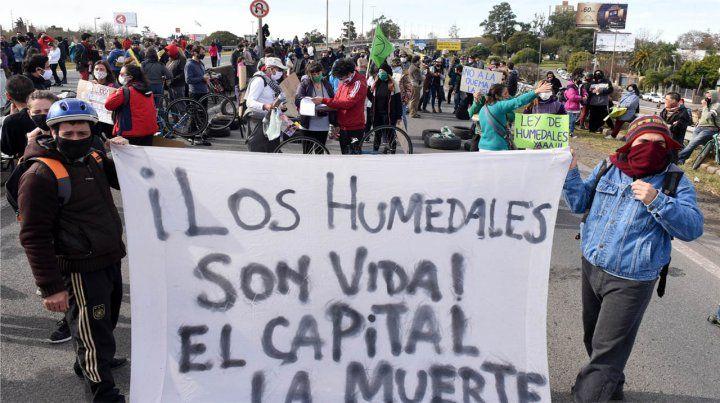 Ambientalistas y autoconvocados realizaron varias protestas en la cabecera del puente a Victoria.