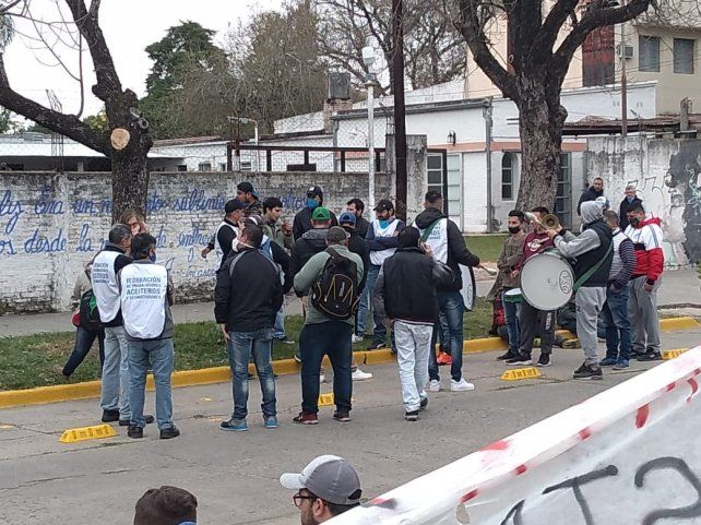 Crisis. Obreros aceiteros protestan frente a Algodonera Avellaneda.