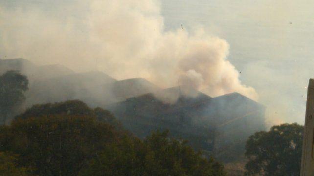 El humo invadía los edificios cercanos al parque Urquiza.