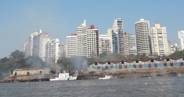 Desde el agua se aprecia la extensión del incendio.